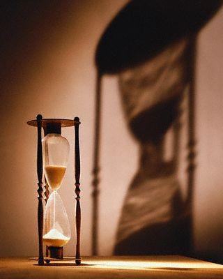 La clessidra segna lo scorrere del tempo e con esso le ansie dell\'uomo... tutte necessarie?