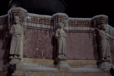 Statue ghiacciate, particolare della Fontana Maggiore - Foto Andrea Macco