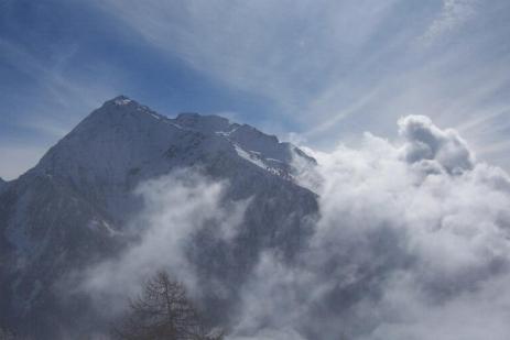 Tra le nubi appare il Corno Bussola - Foto Andrea Macco