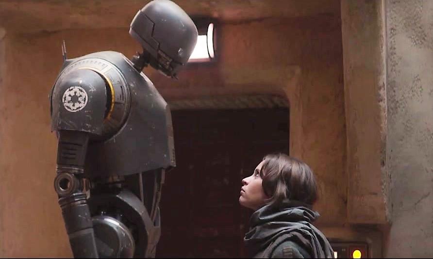 Una scena del film con l'eroina Jyn Erso e il simpatico droide K-2SO